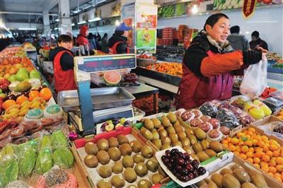 图①:标准化菜市场的购物环境堪比超市. □记者 张弦/摄
