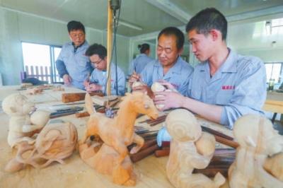 除了已有的桃木雕刻培训班和明年初的客房