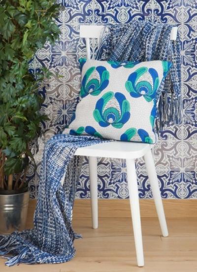 草编地毯,薄荷绿的茶几则为客厅提供欢快感