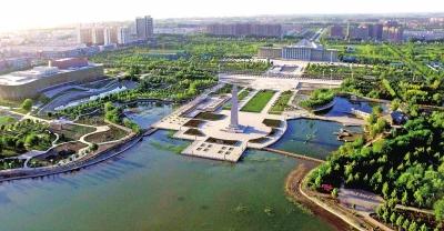 新疆阿拉尔市位于天山南麓,塔克拉玛干沙漠北缘,塔里木河从城市中