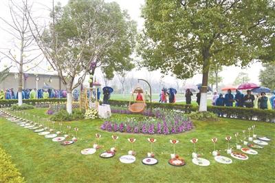 3月20日,海港陵园举行生态草坪葬安葬仪式.    □区民政局  供图